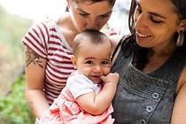Pareja de lesbianas con bebe