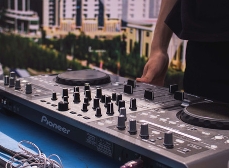 4 Tips for Hiring Your Wedding DJ