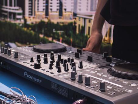 4 Tips for Hiring Your Wedding DJ