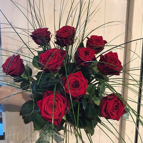Strauß mit kurzen roten Rosen