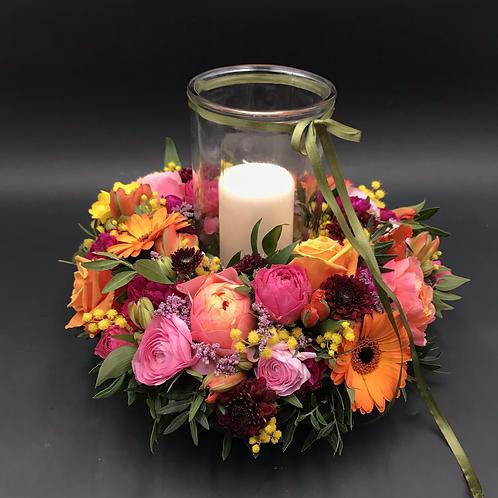Blütenkranz mit Kerze im Glas