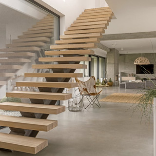 floating-wood-stair-case-in-modern-home.