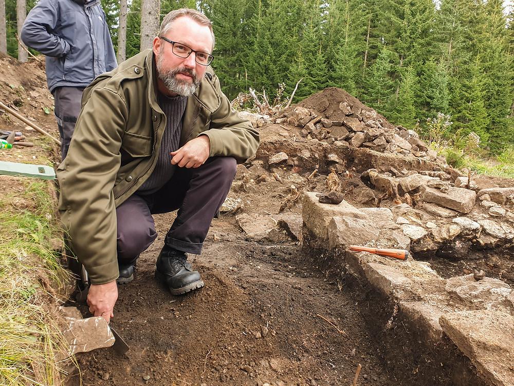 Ausgrabungsleiter Dr. Georg Tiefengraber vom archäologischen Verein ISBE ist spricht von einem bemerkenswerten Fund. Er beaufsichtigt die Untersuchungen in Knappenberg und setzt selbst akribisch genau den Spaten an.