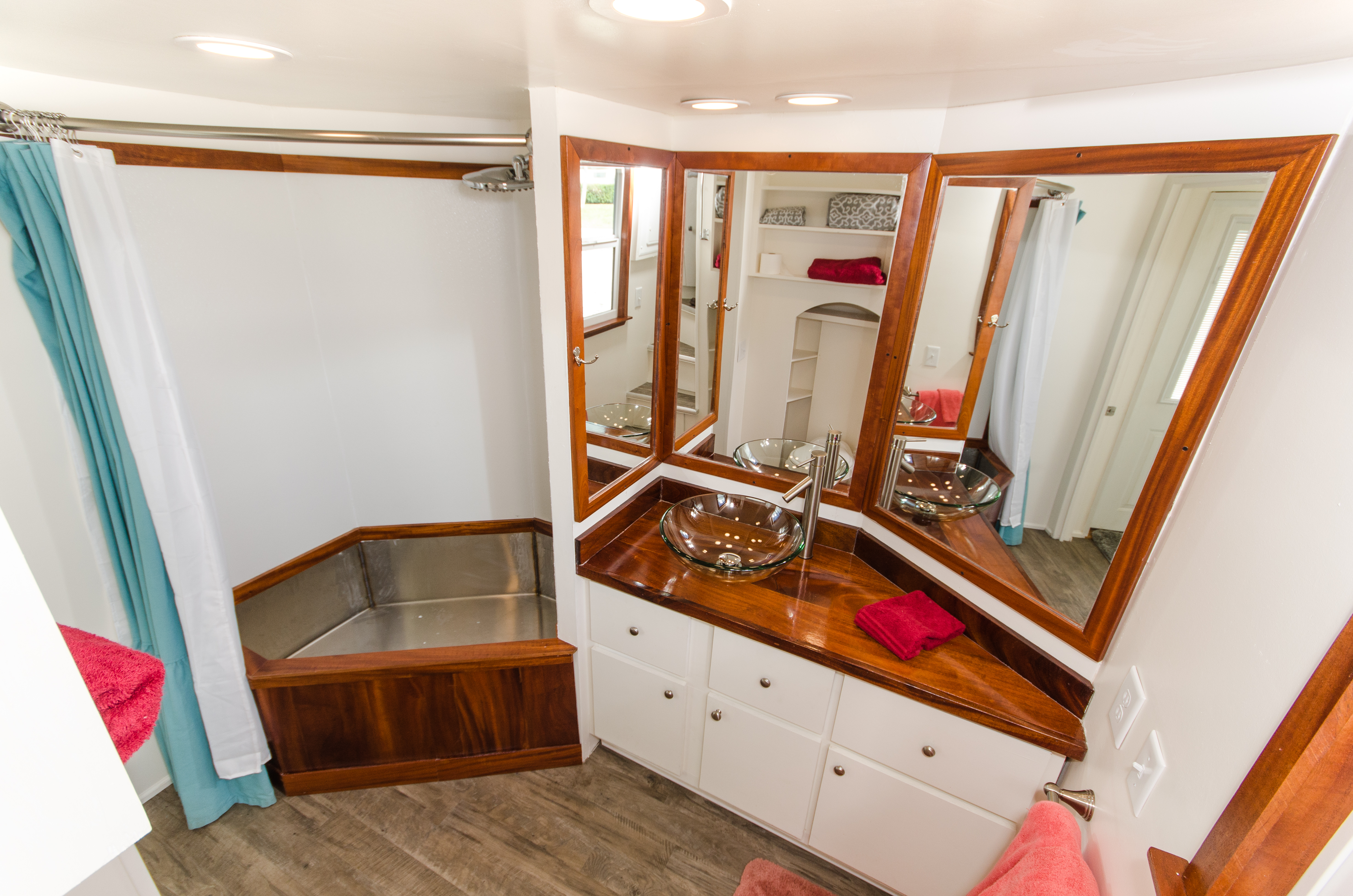 TinyHomes-interior1-bathroom-1548