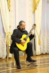 Габриэль Гуллен Наварро с гитарой Дмитри