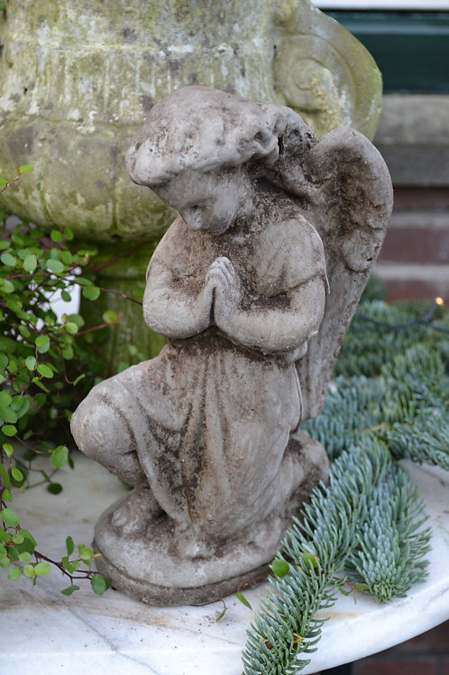 Betonnen beeld engel
