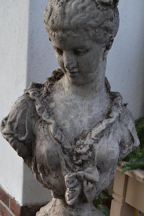 Beeld dame, materiaal is beton