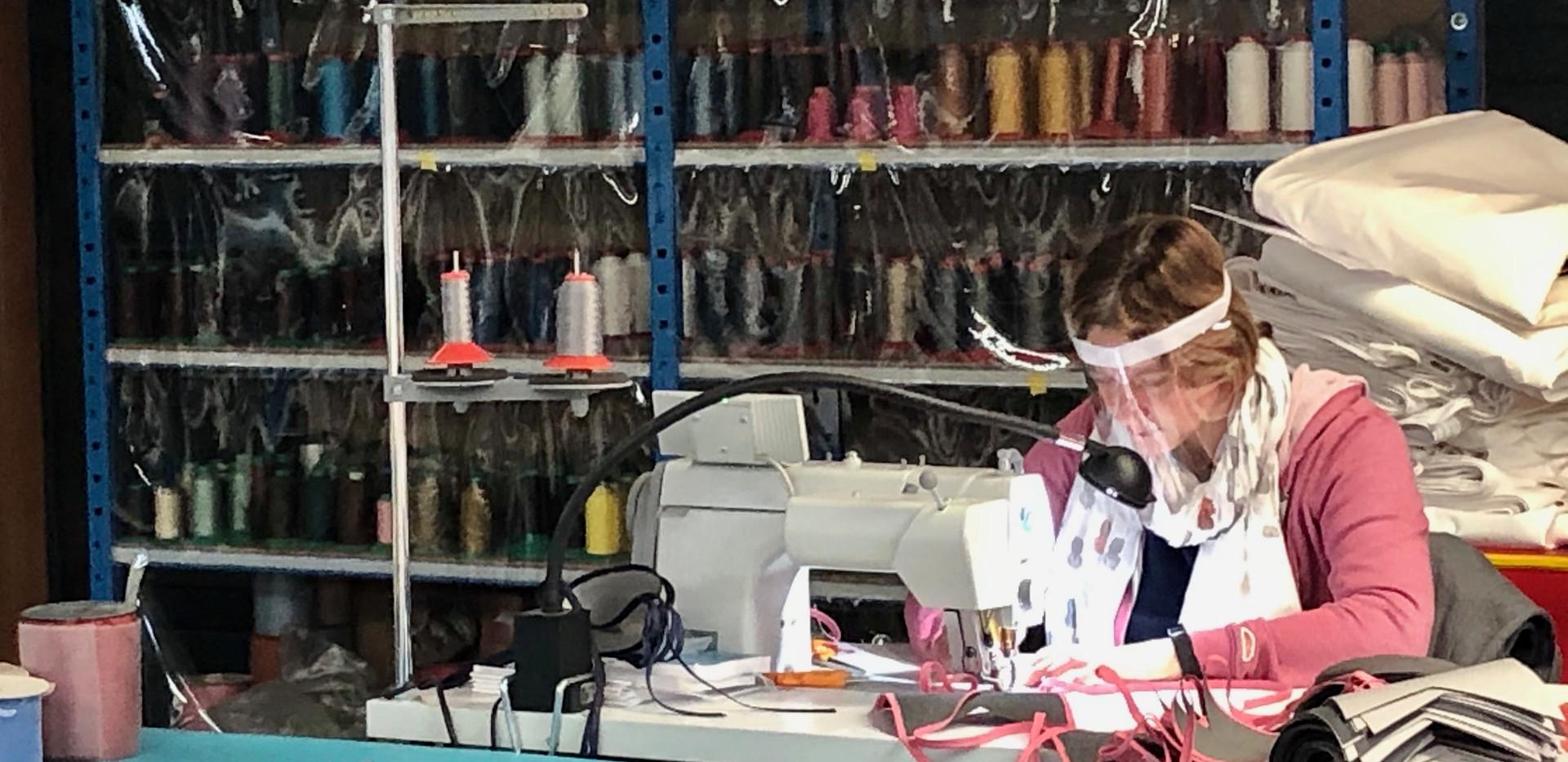 couturière socotex en train de fabriquer des masques