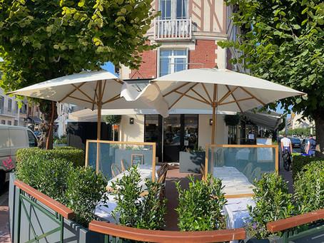 Les Parasols au design Chic et naturel, pour cette terrasse de Restaurant