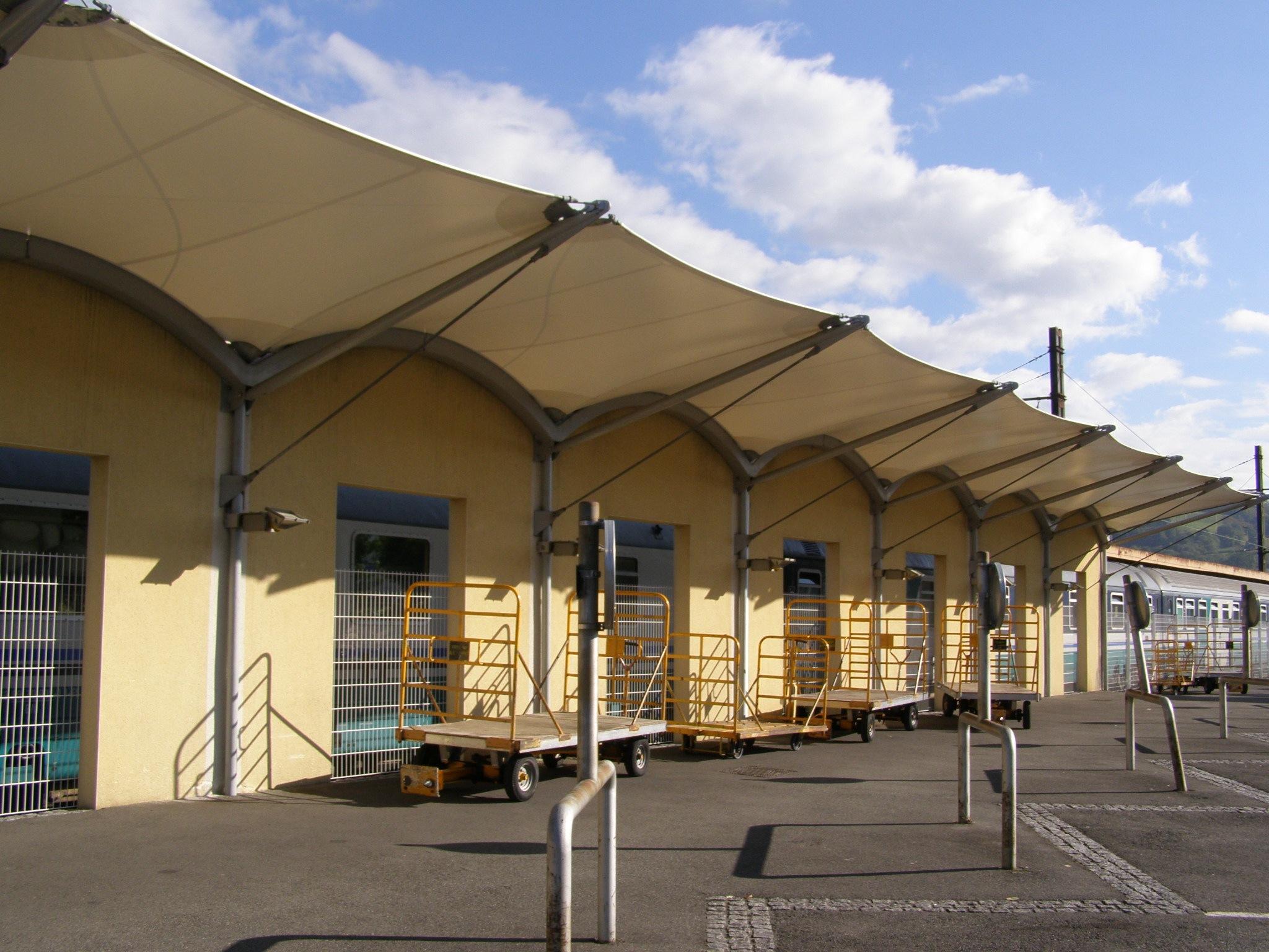 Auvent toile gare de Lourdes