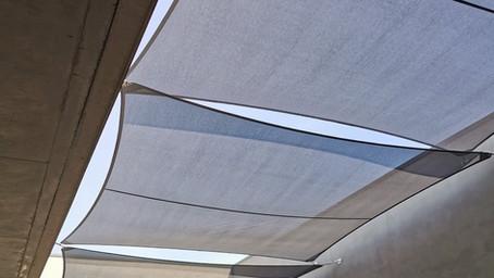 Protéger de la chaleur et des UV un patio avec les voiles d'ombrage sur mesure Abrivoile®