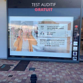 Des stores qui informent en vitrine