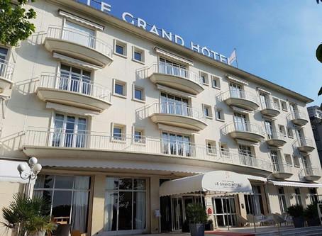 Le Grand Hôtel a habillé sa façade et son entrée de toile et stores