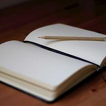 Image d'un livre représentant les chapitres d'une vie - Tourner la page et surmonter une épreuve de vie, un deuil, un divorce, un traumatisme avec la Sophrologie ou l'hypnose et Marion Lyon Sophrologue Lyon 7 et Lyon 3 - professionnelle du bien-être