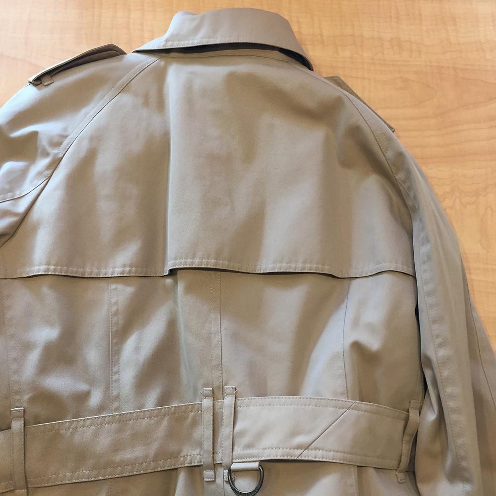 ブランドスターズ豊中東泉丘店で買取したバーバリーのコートの後ろの写真