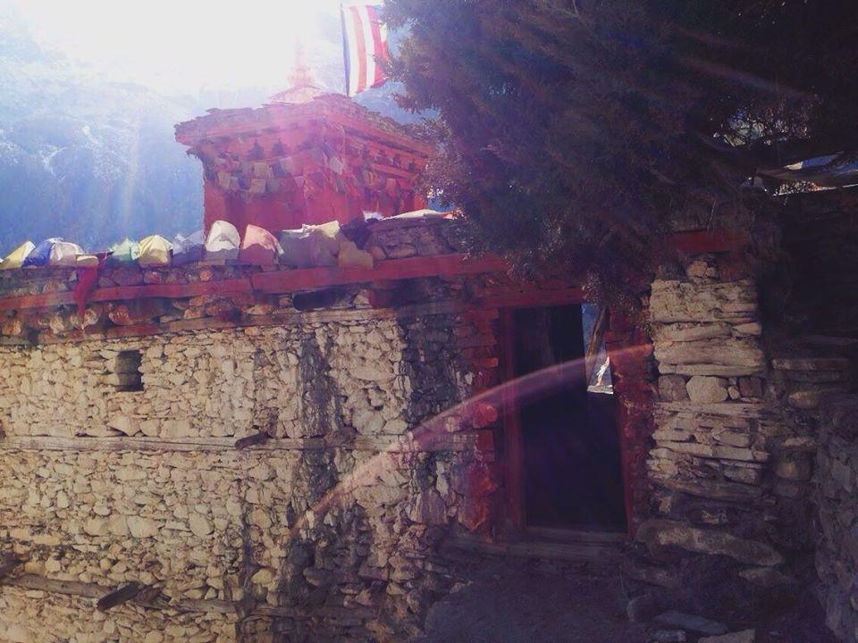 ngôi đền đi qua không bị kéo chân rồi mới dám quay lại chụp hình =))