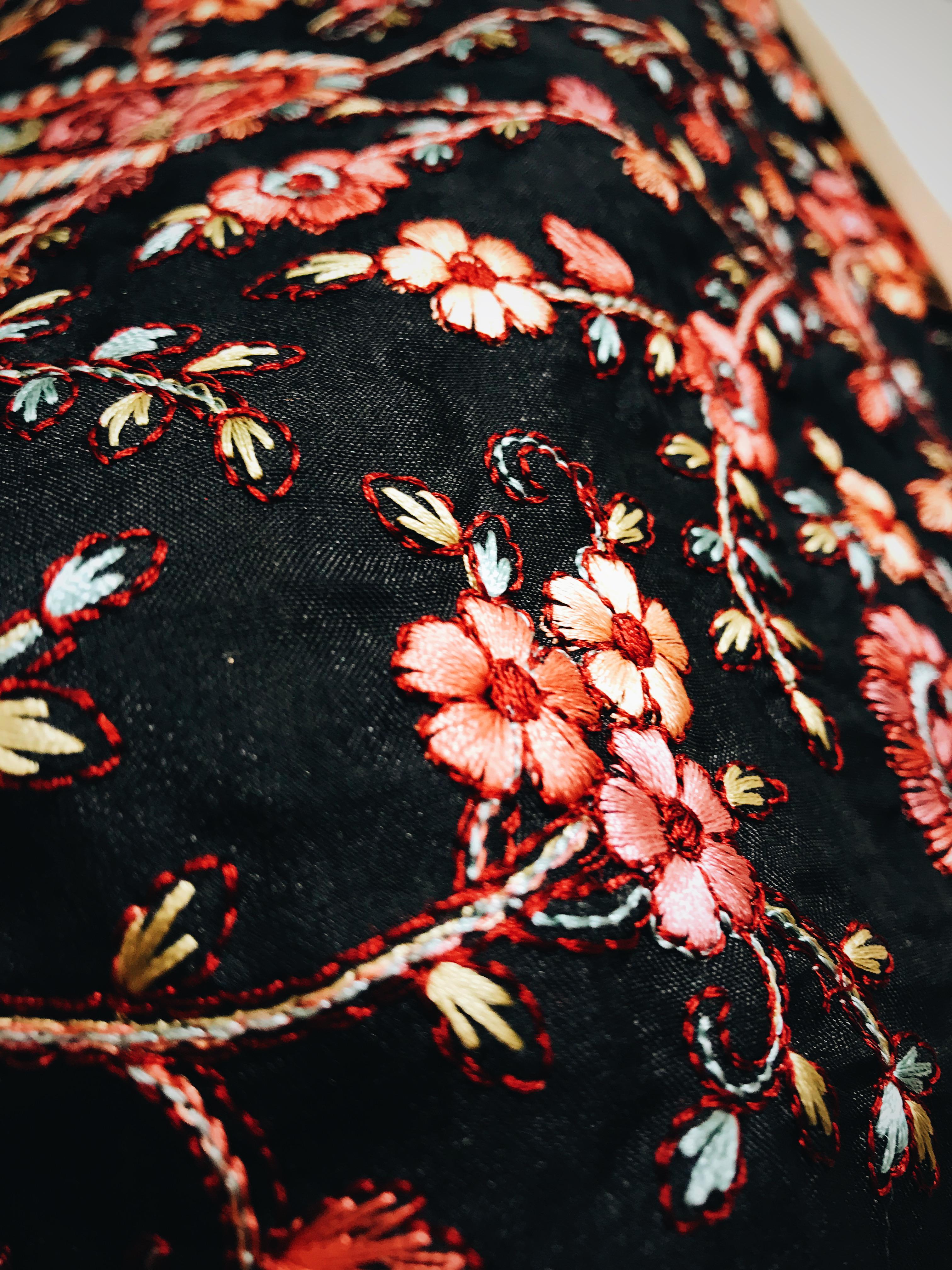 Cận cảnh bông hoa trên thớ vải