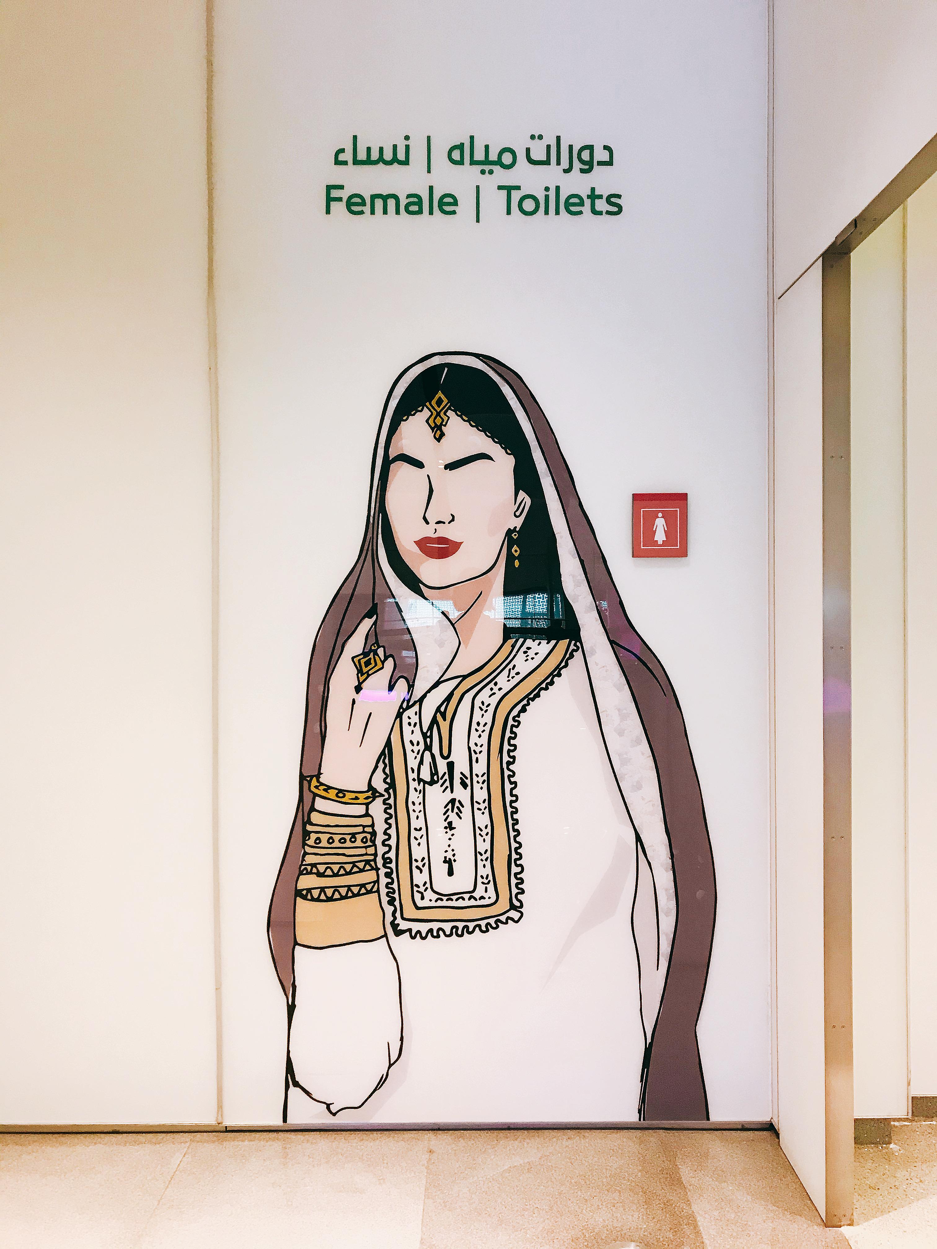 Chị đẹp trước cửa toilet