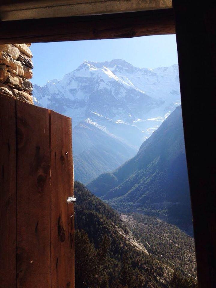 Sau một hồi hồi hộp sợ đi lạc và leo cái dốc cao ngồng muốn ná thở thì tới được nơi có cái view như này... từ nhà vệ sinh =))) Cửa không khoá được các ông ạ... Thông thoáng!