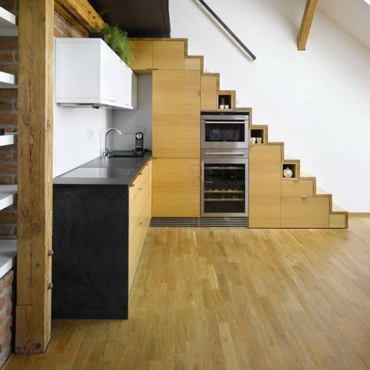 Optimiser l'escalier en créant des rangements de cuisine