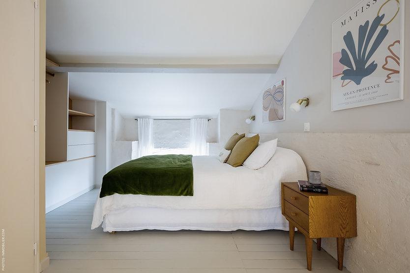 chambre zen, parquet peint, plancher peint, chambre blanche, moellons, sous pente, draps en lin, cache sommier en lin, pstr studios, zara home