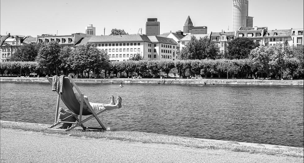 Ausruhen am Mainufer in Frankfurt