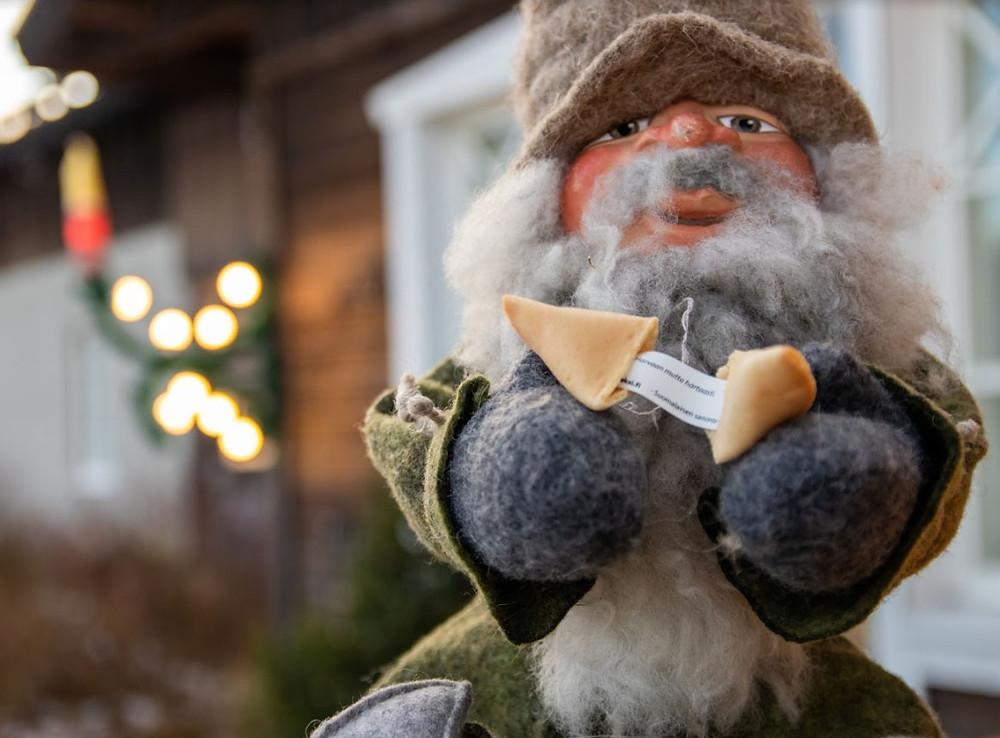 Tonttulan kahvilasta voi ostaa nyt myös suomalaista versiota Onnenkekseistä. PINKKI KÄÄRE= Love edition. VIHREÄ KÄÄRE=Finnish wisdom)