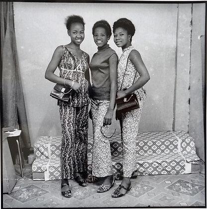 Malick Sidibé - A nous trois avec sacs et lunettes - 1968