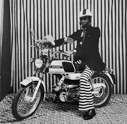 Malick Sidibé - Sur ma moto Peugeot avec cigarette - 1976