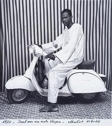 Malick Sidibé - Seul sur ma moto Vespa - 1977
