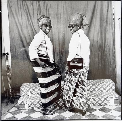 Malick Sidibé - A nous deux avec sacs et lunettes - 1969