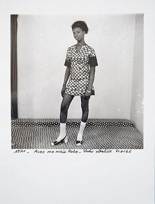 Malick Sidibé - Avec ma mini Robe (18X24) - 1971