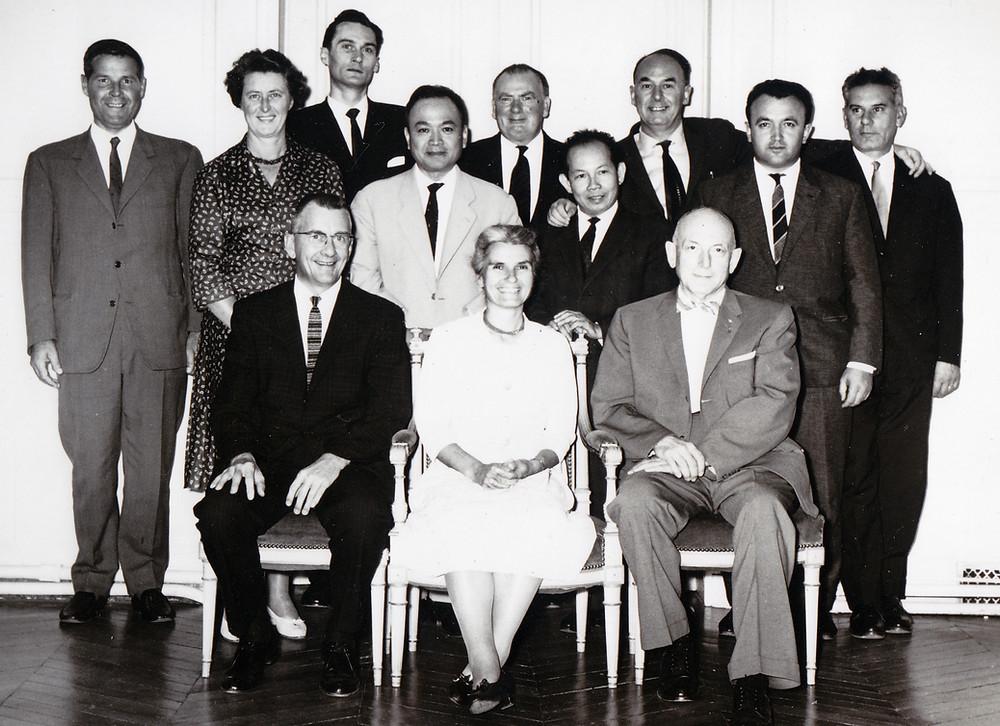 Ostéopathes en France, en 1964 Assis, de gauche à droite : Thomas Schooley, Viola Frymann, Harold I Magoun. Debout, à l'extrême gauche, René Quéguiner. A l'extrême droite, Francis Peyralade, Bernard Barillon.