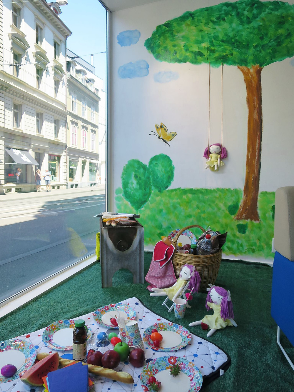 We decorated the next window for Beyeler Optik with our dolls. During such exhibitions you can always buy the displayed dolls.