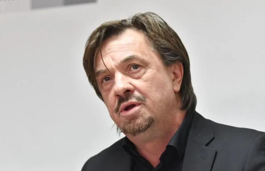 Zdroj: https://raport.ba/jasmin-durakovic-o-kadrovskim-krizaljkama-za-filmski-centar-sarajevo-stigla-je-ceduljica-iz-sda/