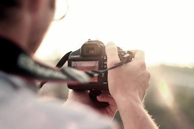 Mannen kameraet tar bilde fotograf