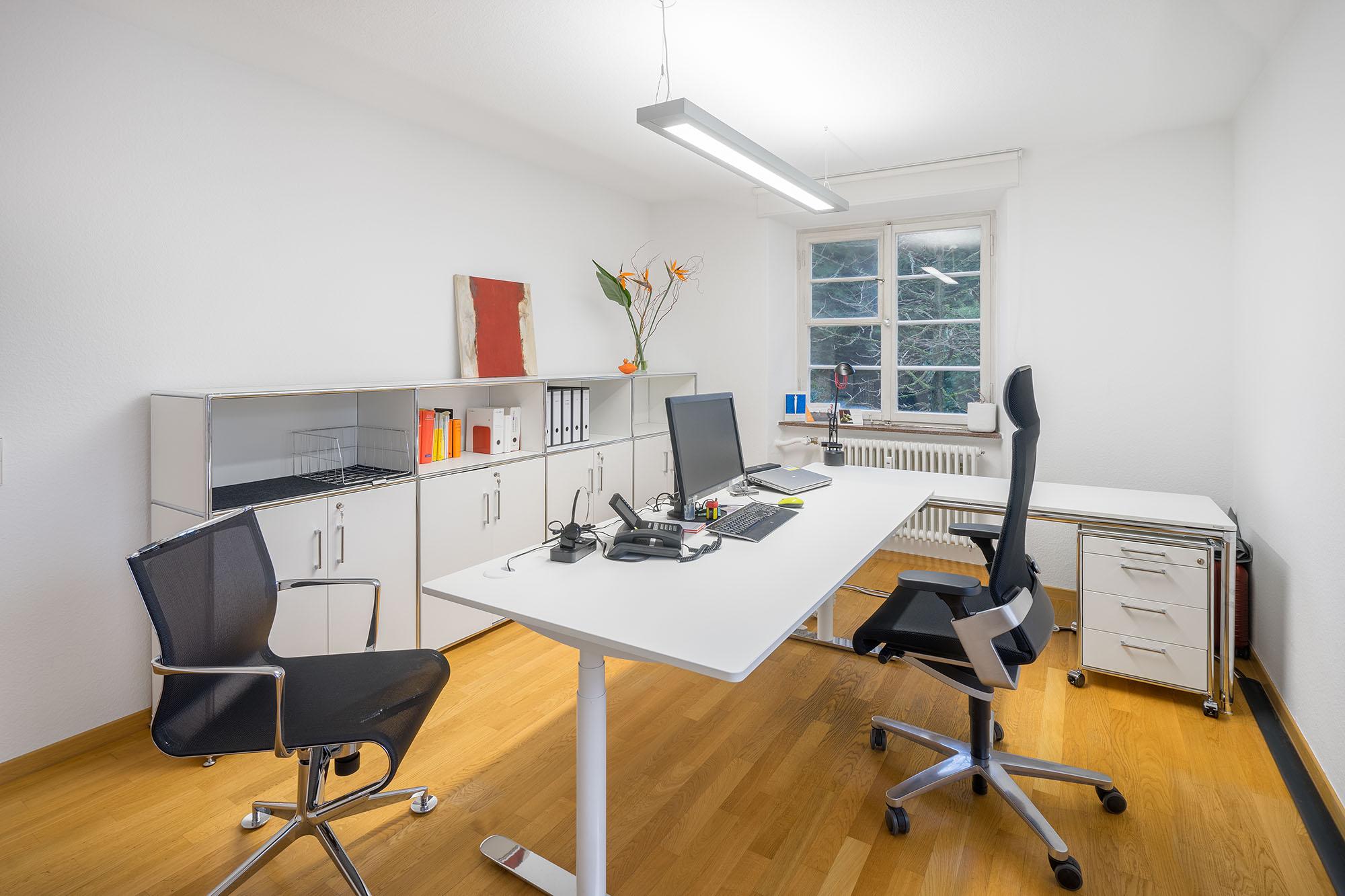 Büroarbeitsplatz mit Bosse