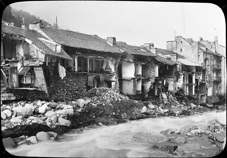 Maisons détruites à Barèges le long du Bastan (Haute-Pyrénées)