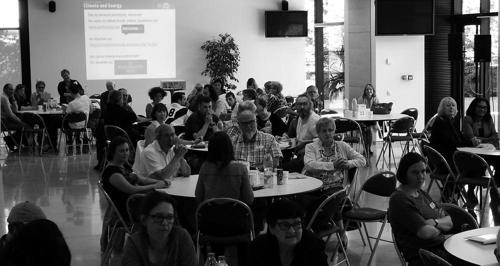 Citoyens français participant au Débat Citoyen Planétaire (World Wide Views) sur le climat et l'énergie (2016) La citoyenneté s'exprime à travers la participation d'associations, d'habitants ou d'usagers à des débats publics à l'échelle locale, nationale ou internationale. En juin 2015, le Débat Citoyen Planétaire sur le climat et l'énergie réunissant près de 10 000 citoyens dans 76 pays à travers le monde, a illustré une forme de citoyenneté transnationale.   Copyright : climateandenergy.wwviews.org
