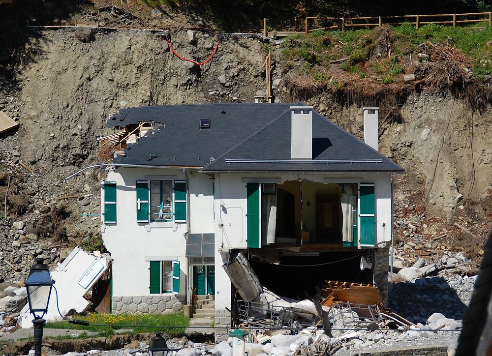 Maison détruite par la crue du Bastan de juin 2013 ; source : Asp. (wikimedia commons)
