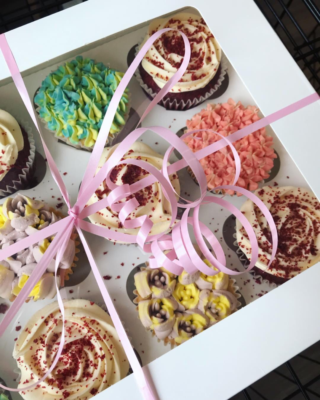 Red velvet and flowers cupcakes_LHK