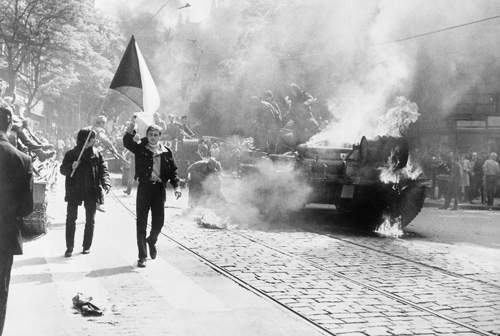 捷克斯洛伐克人舉著國旗經過一輛被擊毀的蘇軍坦克