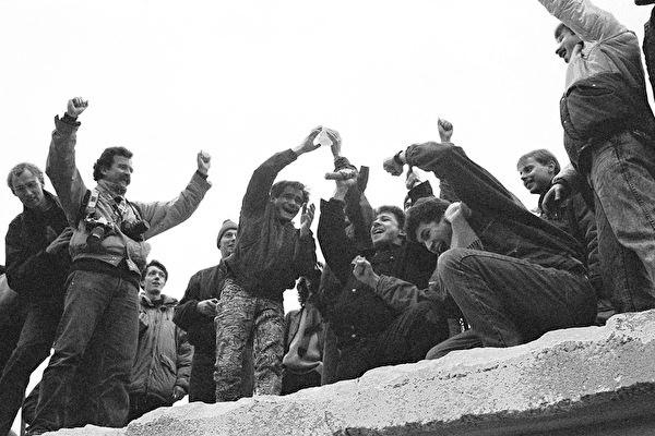 1989年東德人聚集在柏林牆上 慶祝結束分離(Steve Eason/Hulton Archive/Getty Images)