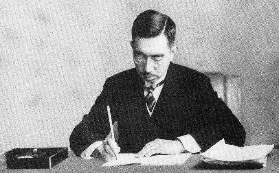 昭和天皇簽署《日本國憲法》