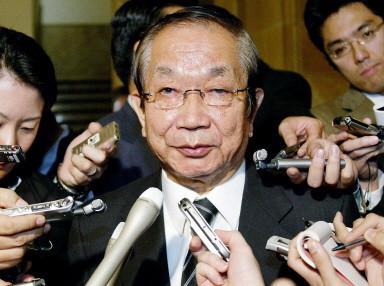 日本防衛廳長官大野功統(Yoshinori Ono)就中國潛艇事件回答記者問話 (AFP PHOTO 2004-11-10)