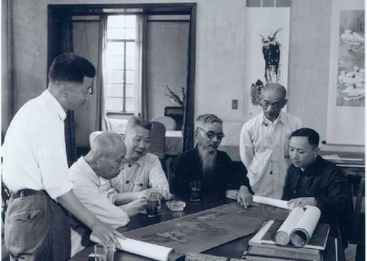 1962年豐子愷與顏文樑、林風眠、賀天健、張充仁、張樂平觀摩交流畫作