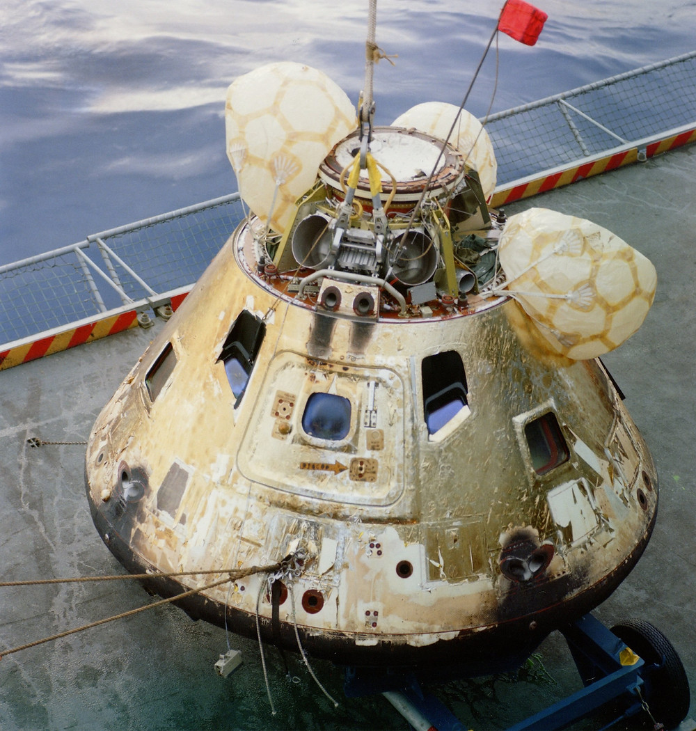 阿波羅8號的指令/服務艙(CSM)在約克鎮號航母甲板上 1968/12/27