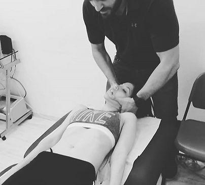 מניפולציה צווארית #manipulation #cervicalmanipulation #manualtherapy_edited_edited.jpg