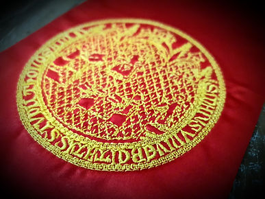 echarpe-rouge-universitaire-de-diplome-personnalise-broderie-or-ceremonie-remise-diplome