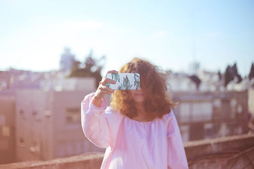 写真を撮るの少女